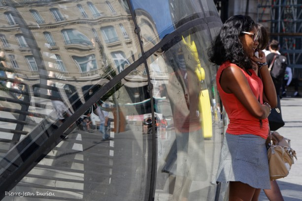 Reflets et coup de fil à la gare Saint-Lazare