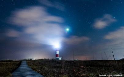 雲をかき分ける灯台の灯り