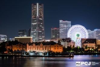 曇り空に横浜のあかりが反射。ランドマークと赤レンガ、観覧車がつくる贅沢な夜景