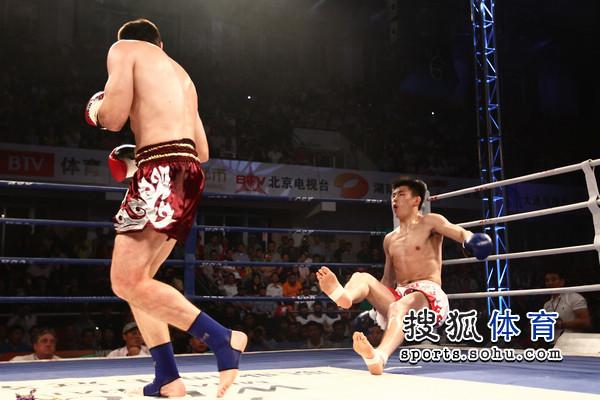 图文:[WBC南宁]穆斯里穆KO郭强 郭强被蹬飞