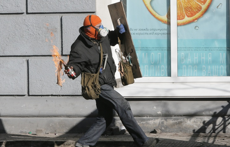 A protester with a Molotov cocktail in Kiev (archive)