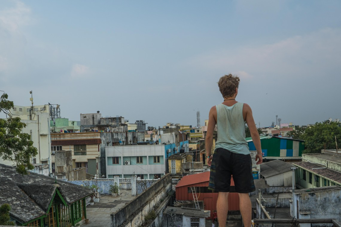 Photodyssee author Flo standing on top of a rooftop in Chennai