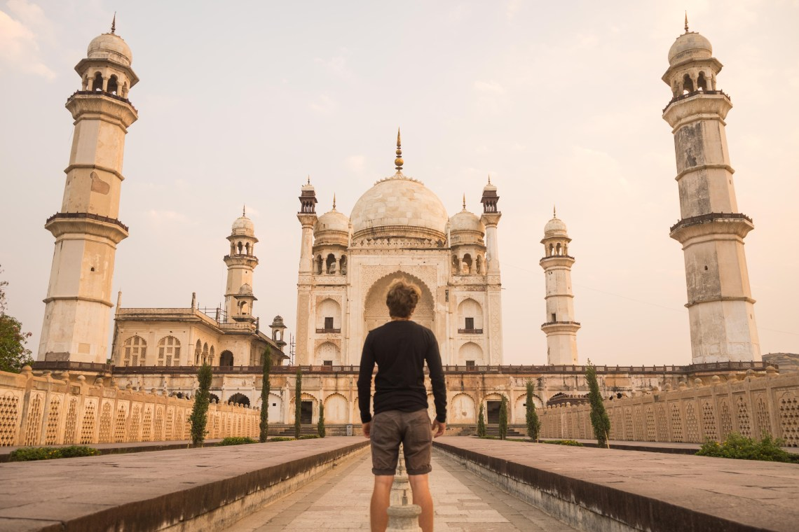 Photodyssee author standing in front of the little Taj Mahal in Aurangabad