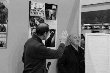 Raymond Depardon en visite sur le stand Réponses Photo