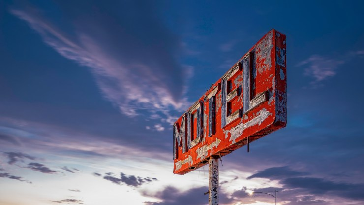 4351_kenlee_route66-mojave_210622_2031_20sf14iso00_yucca-motel-sign-blue-hour-sunset_HEADER-PHOTOFOCUS