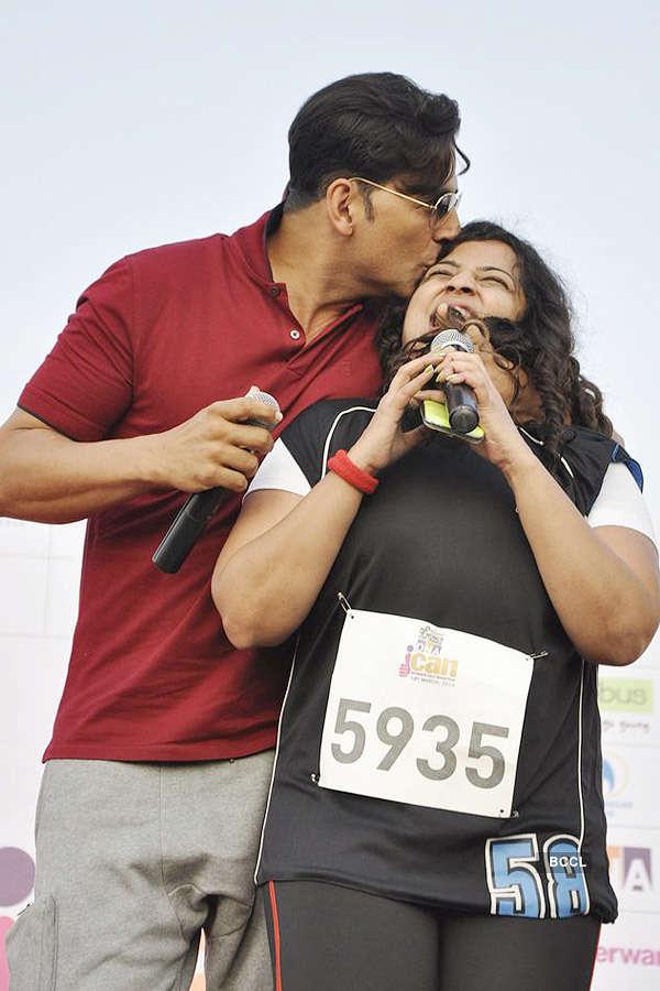 Akshay Kumar kisses a fan during Women's Half Marathon ...