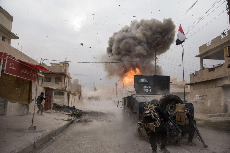L'explosion d'un véhicule kamizake contre  la Golden Division de l'armée irakienne © Patrick Chauvel