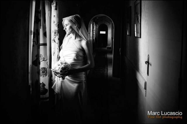 Mariée a la fenêtre noir et blanc