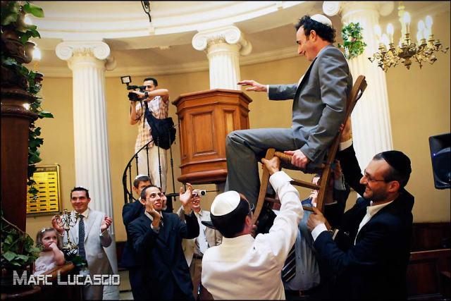 Marié juif soulevé sur une chaise
