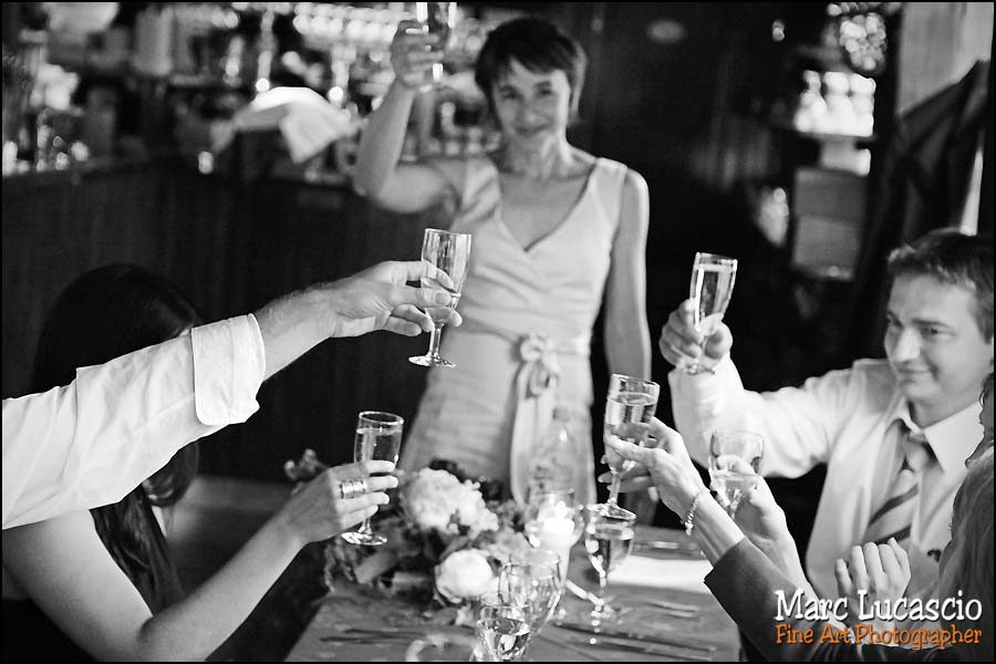 mariage photo du cocktail sur la peniche à Paris