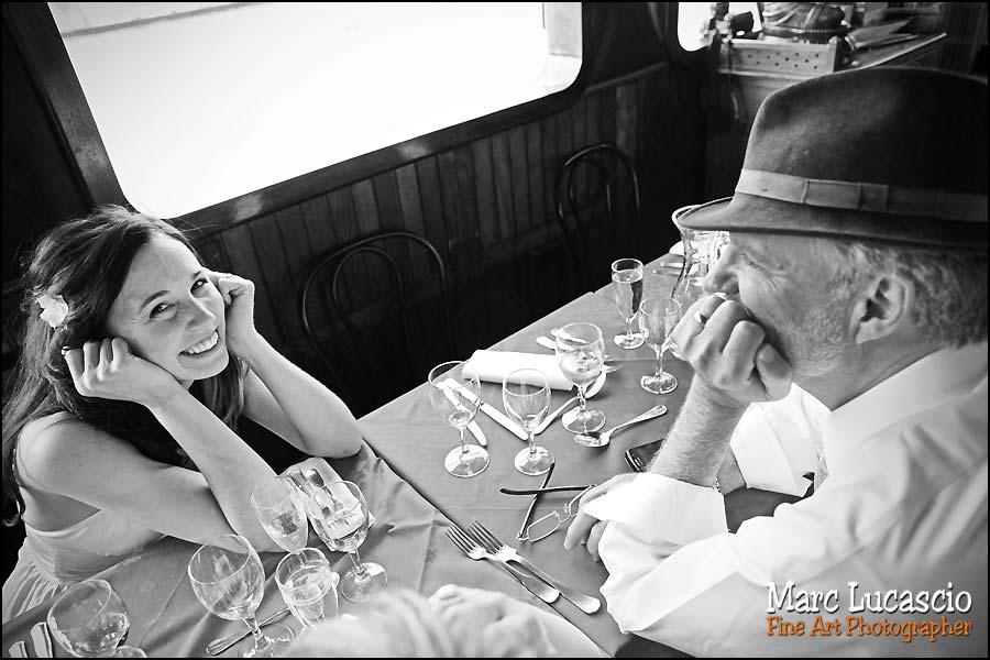 Photo de mariage sur dans la péniche sur la Seine