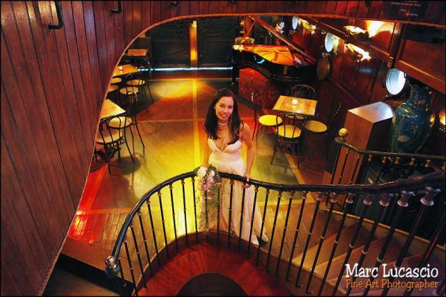 la mariée photographiée dans dans la salle de restaurant de la péniche