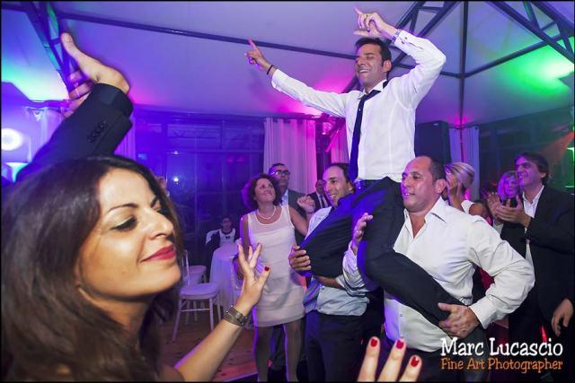 le marié sur les épaules des invités juifs