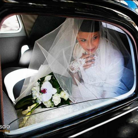 Photo de mariage, la mariée dans la voiture