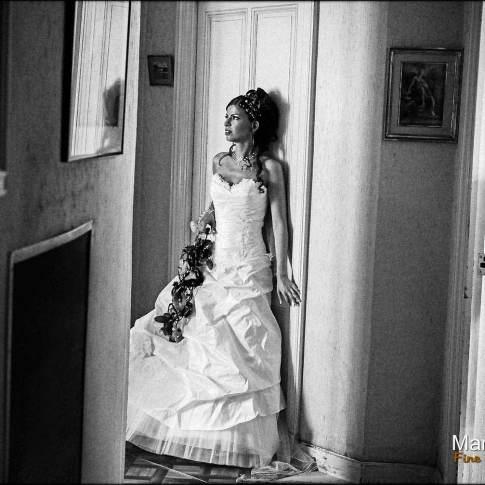 Une belle mariée dans un couloir