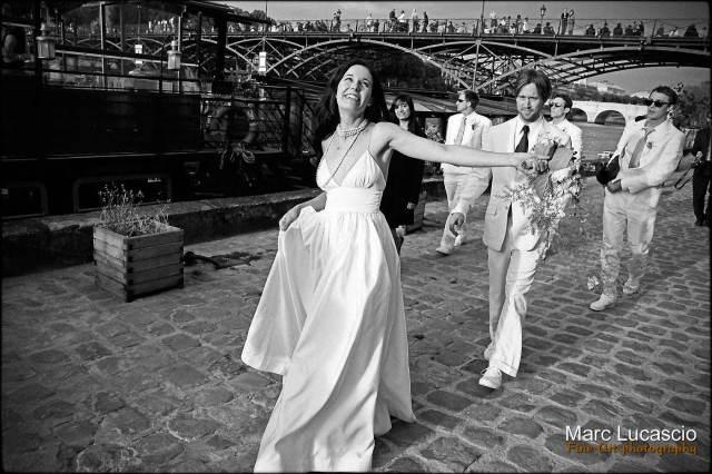 Photo de mariage promenade des époux sur les quais de seine