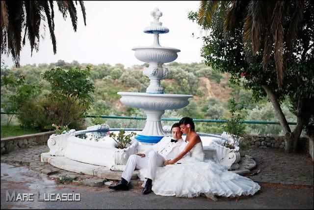 Mariés et fontaine à l'italienne.