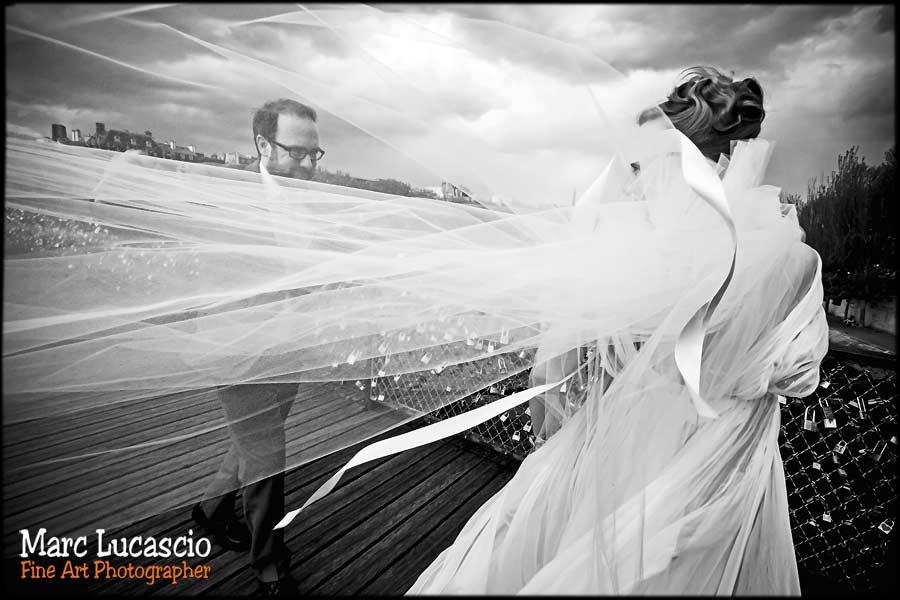 couple pont des arts mariage paris