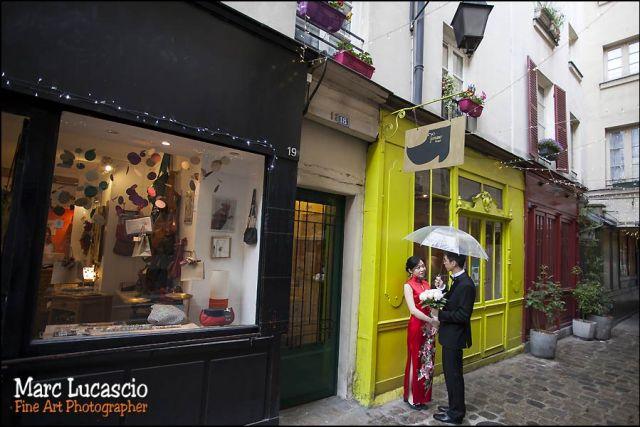 pluie ruelle parisienne couple chinois