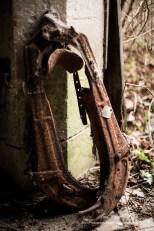 Photographe chateau abandonné, vieille écurie avec harnais de cheval, photo urbex fine art Ile de France