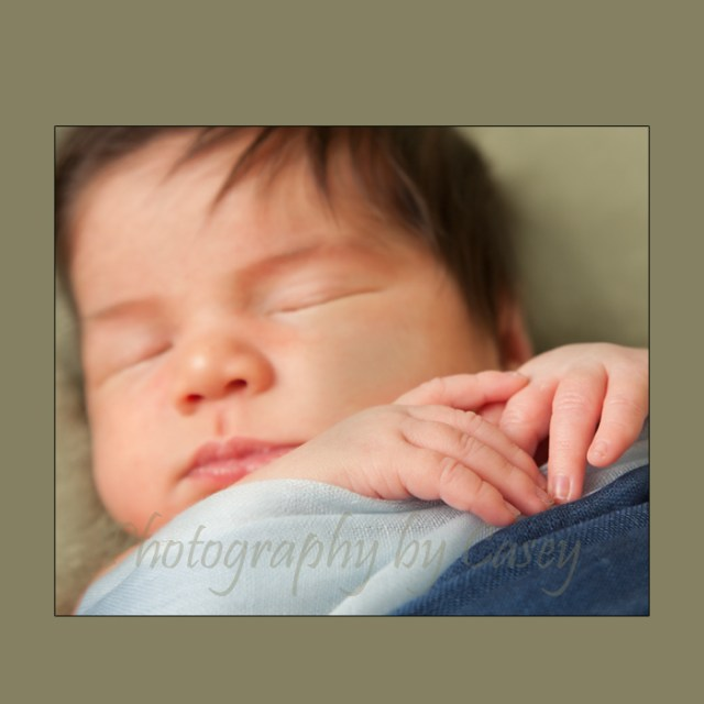 Photographer of newborns pose with hands