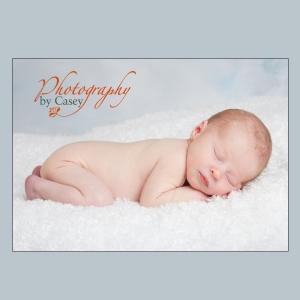 photography of sleeping newborn baby in the buff