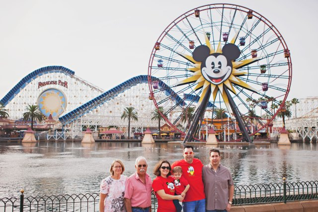 anaheim, anaheim kid photographer, disney vacation photography, disneyland, disneyland family vacation photography, disneyland vacation photography, family photography, holiday photos, southern california, family reunion photos, family reunion at disneyland, photos of large group, large group photo ideas