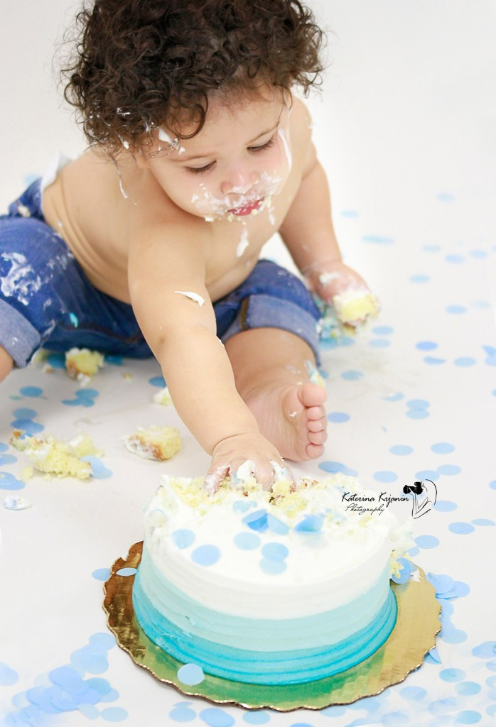 Smash Cake photography sessions in a studio celebrate your child 1st Birthday
