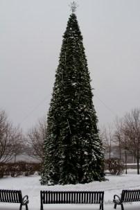 The town square decorated for the holidays, shown here after the snow started to fall. La place publique décorée pour le temps des fêtes