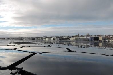 Vue sur la ville avec le toit de Harpa à l'avant-plan