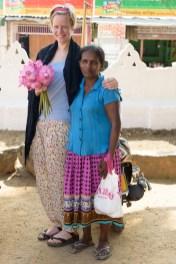 Blumenfrau am Wewrukannala Buduraja Mahaviharaya