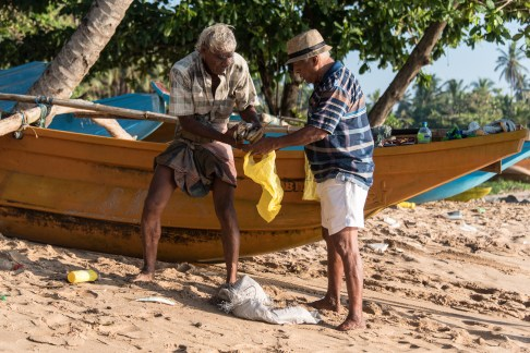 Fischer am Strand von Tangalle