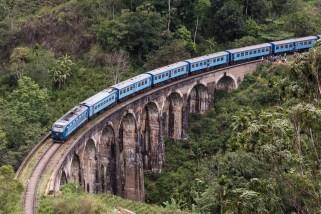 Ein Zug fährt über die alte Eisenbahnbrücke, die noch von den Engländern gebaut wurde