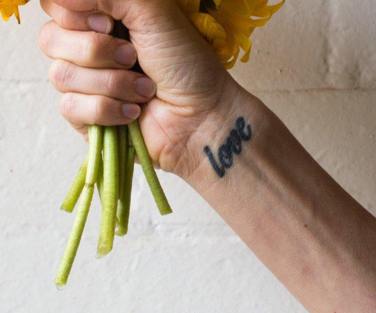 tattoo auf dem handrucken schmerzen