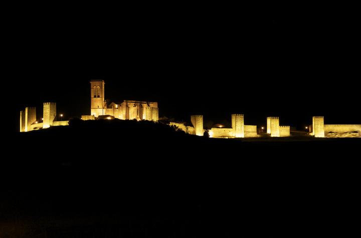 El Cerco de Artajona iluminado por la noche