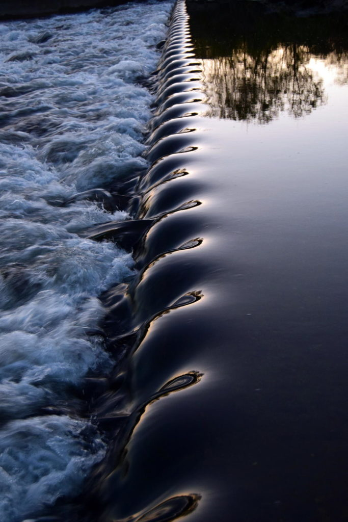 Vaguelettes sur une petite chute d'eau artificielle
