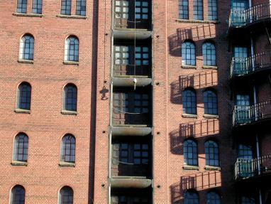 Façade en briques rouges dans les anciens docks de Hambourg (Allemagne)