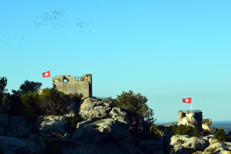 Aux Baux-de-Provence : Donjon, drapeaux et corbeaux