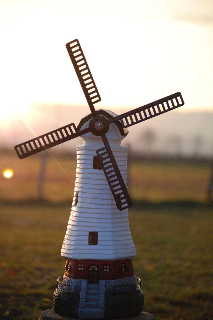 Moulin à vent décoratif de jardin au soleil couchant