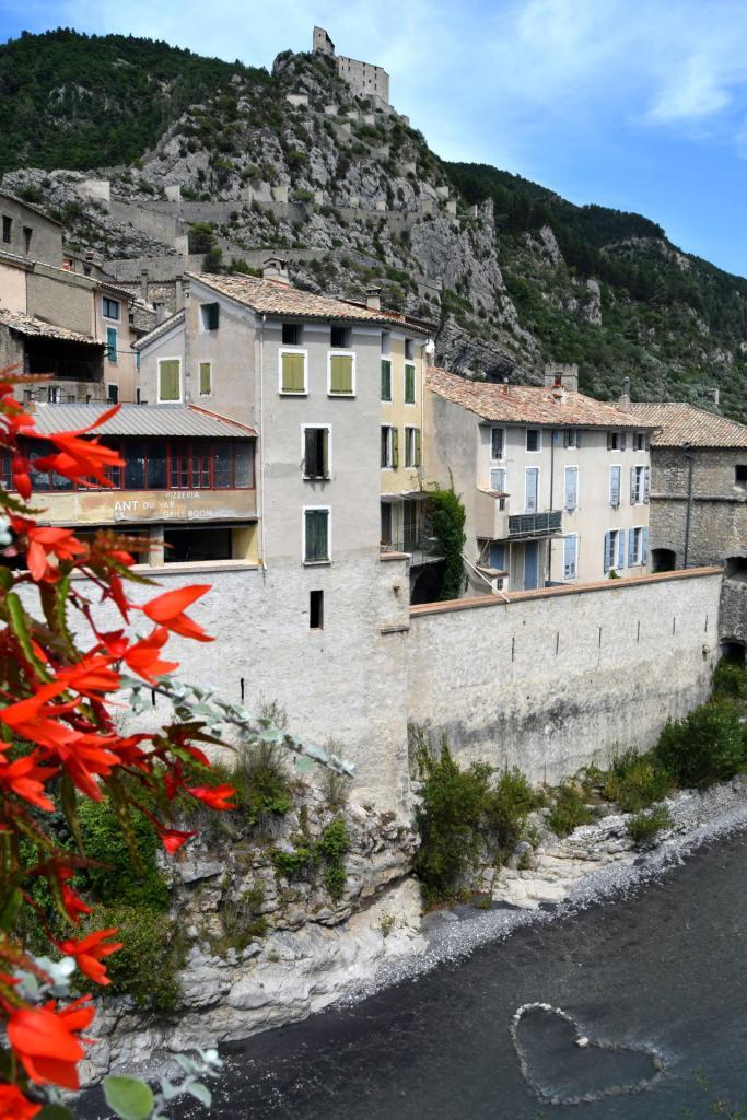 La citadelle médiévale Entrevaux dans les Alpes-de-Haute-Provence