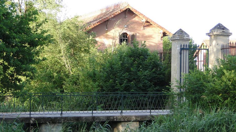 Le petit pont sur les douves