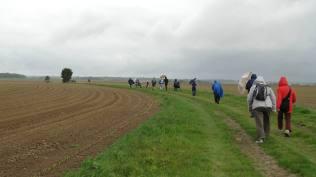 On reprend la route sous la pluie cette fois à travers les champs