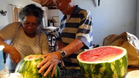Dona Rosa s'active pour nous à la cuisine