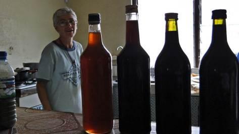 Sr Clarie a récolté avec sr Isabelle environ 40 kilo de miel (sur 11 ruches)