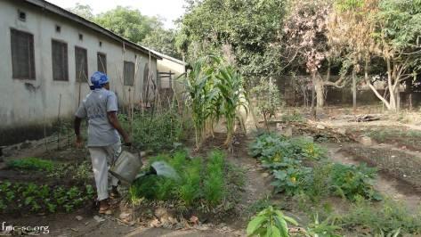 Sr Clémence arrose le jardin