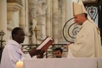 Fr Nazaire reçoit l'Evangeliaire de l'évêque qui marque la remise de mission par l'Évêque = Prêtre référent pour le secteur Bassée-Montois (Bray sur Seine et Donnemarie-Dontilly)