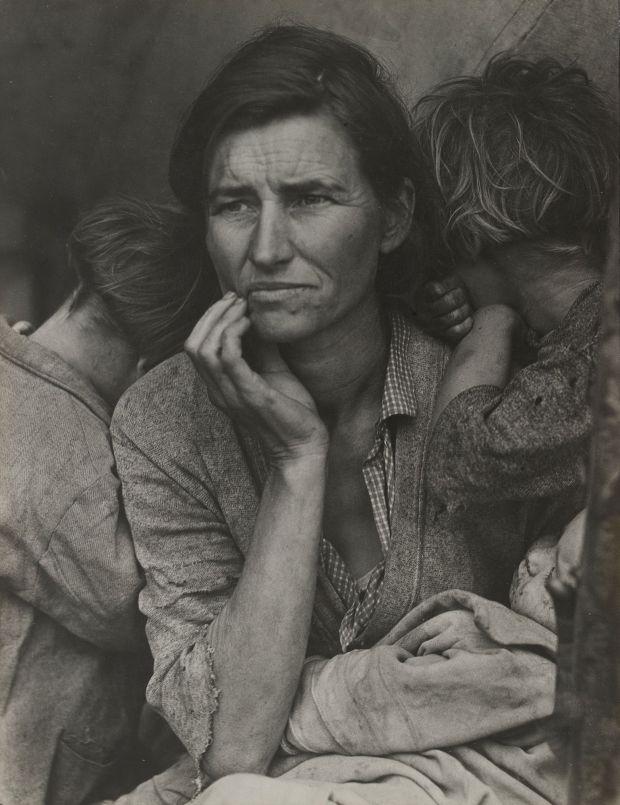"""Dorothea Lange. Migrant Mother, Nipomo, Califórnia. Março de 1936. Impressão de prata em gelatina, 11 ⅛ x 8 9/16 """"(28,3 x 21,8 cm) Museu de Arte Moderna, Nova York"""