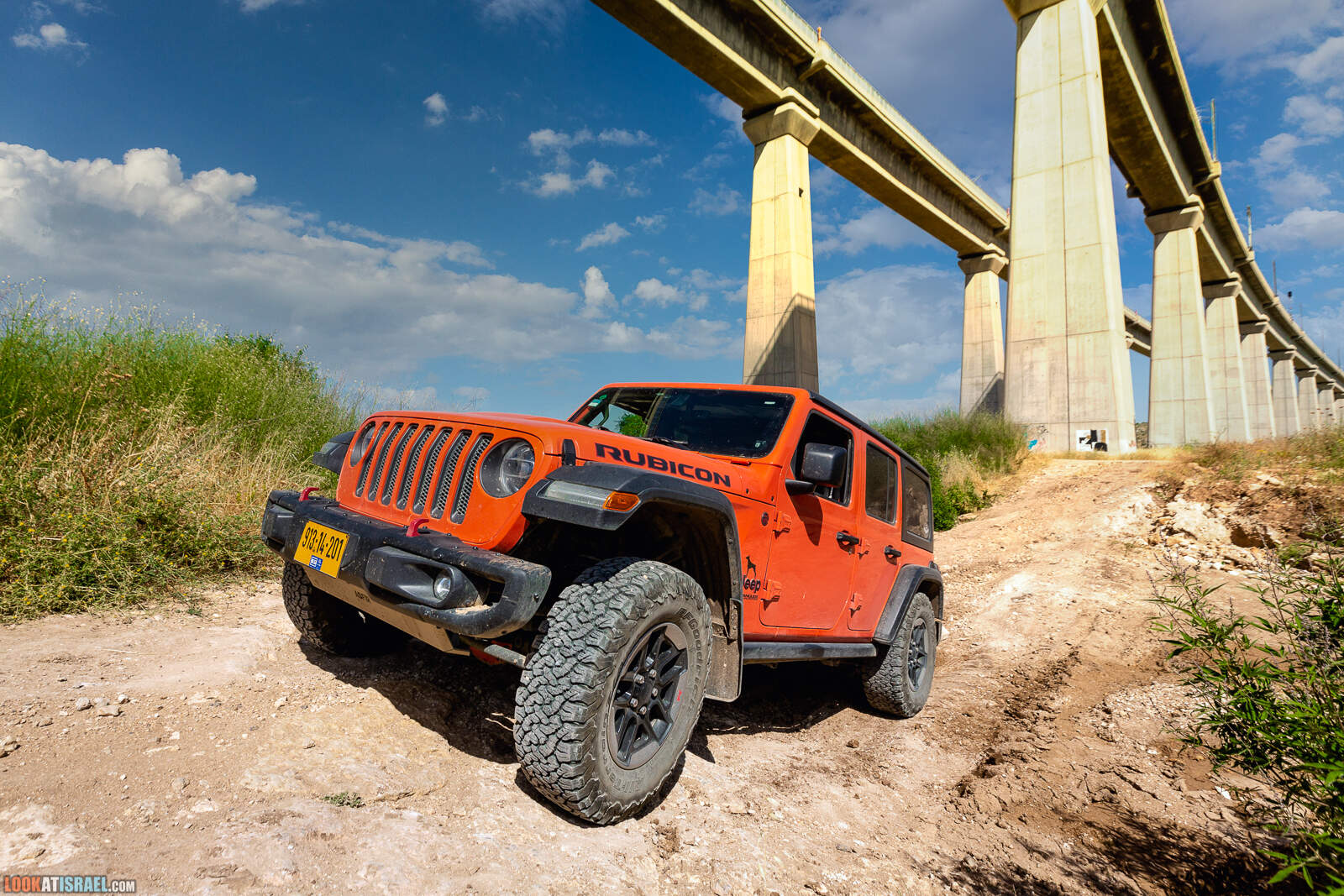 Оранжевый Jeep Wrangler Rubicon под мостом | LookAtIsrael.com - Фото путешествия по Израилю