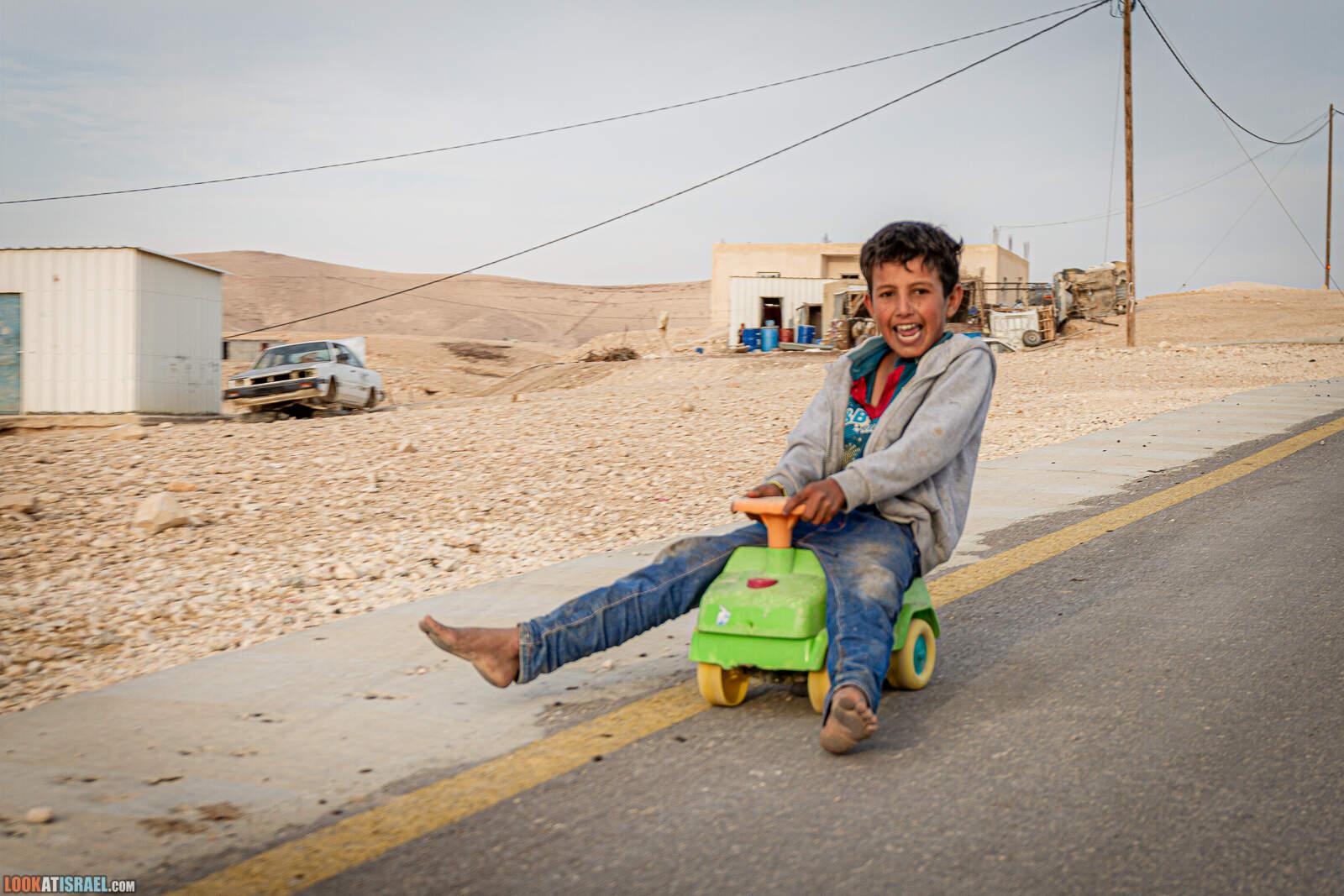 Дети играют в бедуинском поселке