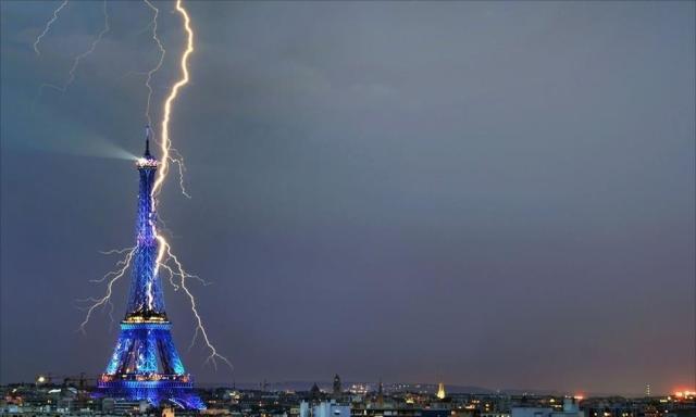 https://i1.wp.com/photos.pouryourheart.com/wp-content/uploads/2018/12/incredible-lightning-strikes-eiffel-tower.jpg?w=640